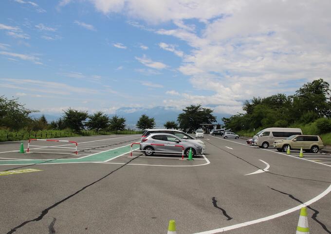 登美の丘ワイナリーの駐車場