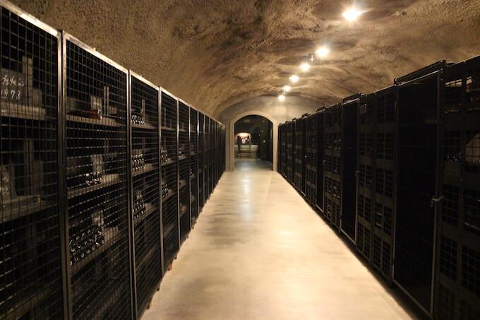 登美の丘ワイナリーワインセラーの中