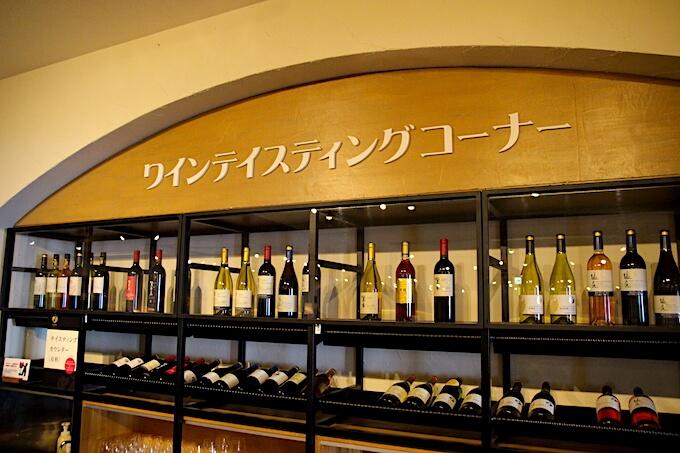 登美の丘ワイナリーワインテイスティングコーナー