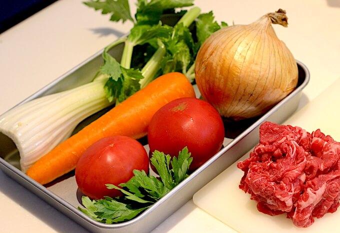 ボロネーゼの材料(野菜と肉)