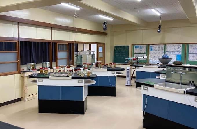 むろと廃校水族館の理科室